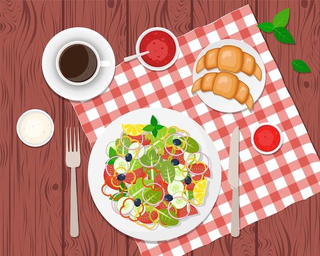 테이블에 건강한 아침 식사 ccoffee, 샐러드 및 크로와상. 플랫
