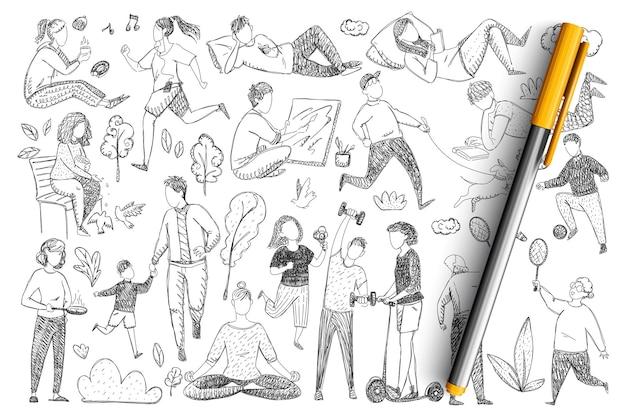 健康的な家族のライフスタイル落書きセット。スポーツ、瞑想、ゲーム、孤立した子供たちと一緒に歩くことをしている手描きの親のコレクション。