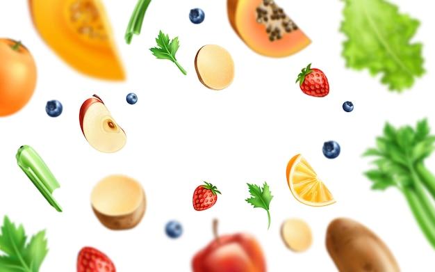 Здоровая пища, органические фрукты и овощи - ломтики апельсина, яблока и манго с зелеными листьями, картофелем и ягодами форреста