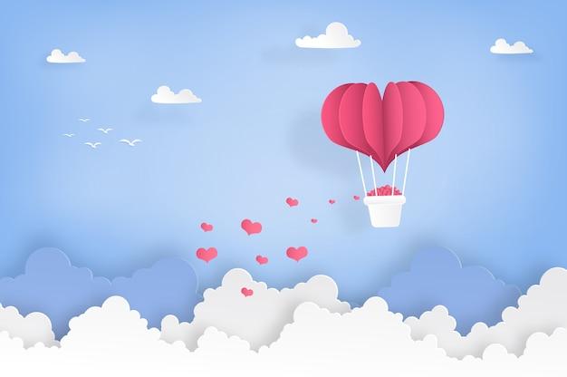 Воздушные шары в форме сердца летают на небе и облаках.