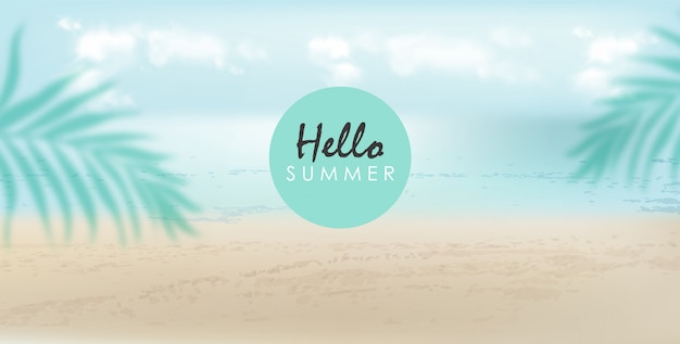 Здравствуйте, летний баннер с пляжем, морем и пальмовыми листьями. пасмурный день, ветерок
