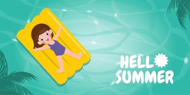 こんにちは夏のテンプレートバナー子供は夏の時間に海で膨らませて浮かぶリラックス