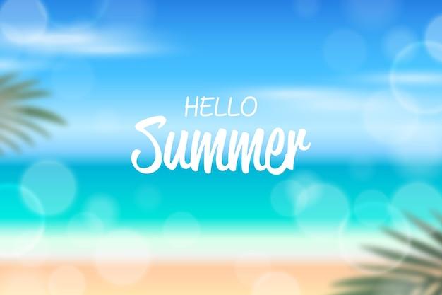 Привет лето с размытым пляжем и листьями