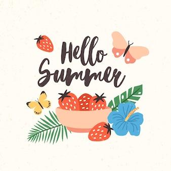 Композиция с надписью hello summer написана красивым курсивным шрифтом, украшенным сезонными элементами - миской с клубникой, бабочками, экзотическими листьями и цветами. плоская иллюстрация