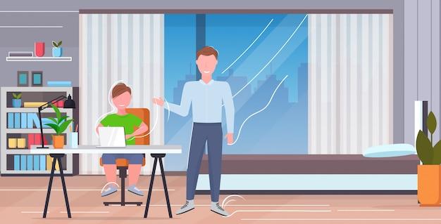 Она и сын с помощью ноутбука на рабочем месте мужчина помогает своему ребенку делать домашнее задание интерьер современной гостиной полная длина горизонтальный