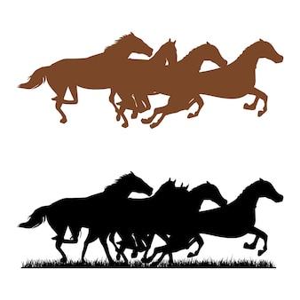 잔디 초원에서 말의 무리 실행