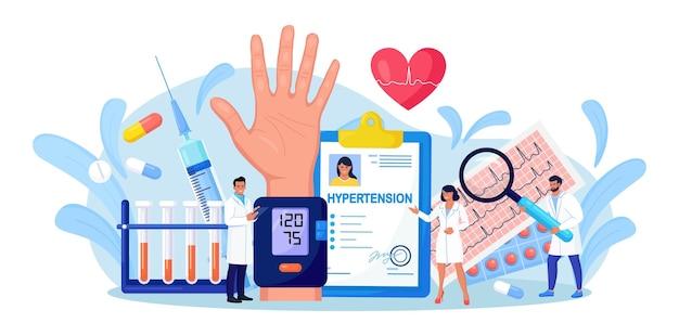 Высокое кровяное давление. медицинское обследование и кардиологическое обследование. крошечные врачи измеряют артериальное давление пациента с помощью сфигмоманометра. лечение, профилактика гипотонии и гипертонической болезни