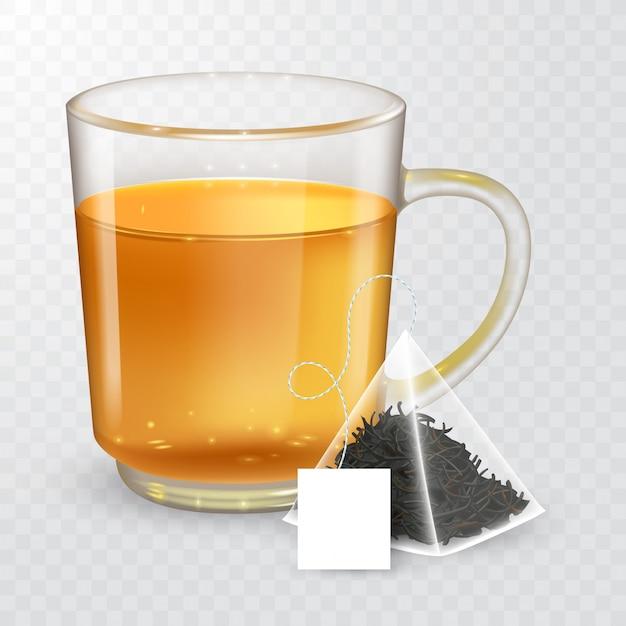透明な背景に分離された黒茶または緑茶と透明なカップの高詳細なイラスト。ラベル付きピラミッド型ティーバッグ。リアルなスタイル