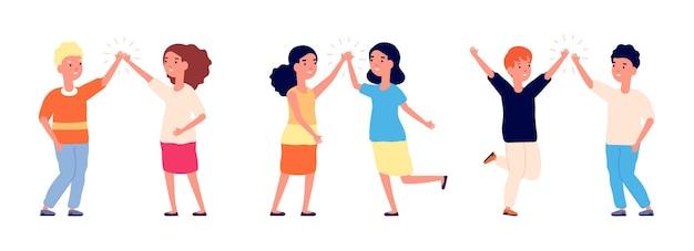 ハイタッチ。子供たち、こんにちは、または男の子と女の子の挨拶を乾杯します。漫画の幸せな十代の若者たち、友情のベクトル図。女の子と男の子のハイタッチ、かわいい漫画のキャラクター