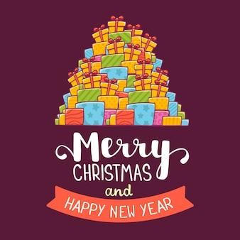 Высокая куча рождественских подарков и текст с рождеством