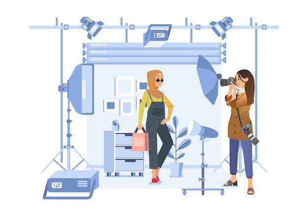 スタジオで女性写真家と写真撮影をしているヒジャーブの女性