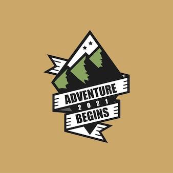 緑の山や丘のロゴテンプレートでハイキングの旅と野生のジャングルの冒険に