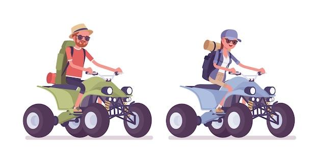 ハイキングをする男性、クワッド バイクに乗る女性