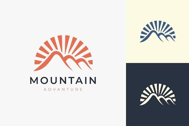 Шаблон логотипа для пеших прогулок или скалолазания в современной горной форме