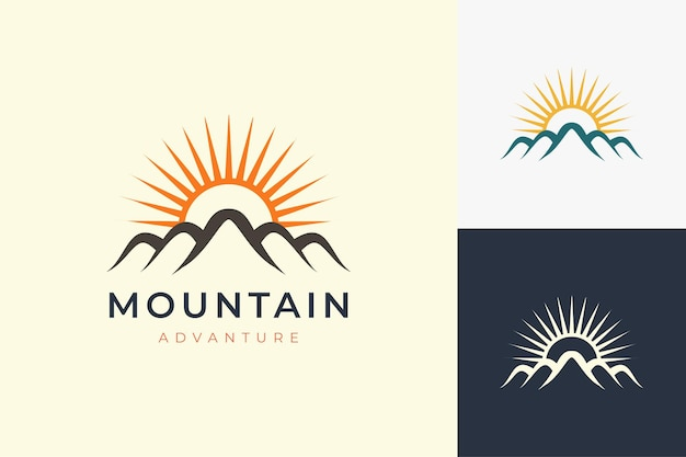 Шаблон логотипа для пеших прогулок или скалолазания в современном стиле с формой горы и солнца