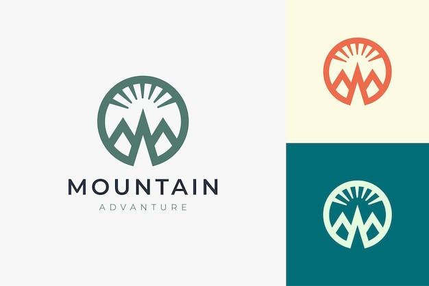 Шаблон логотипа для пеших прогулок или скалолазания в простой и современной форме горы