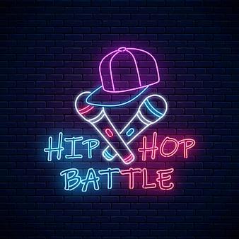 Неоновая вывеска битвы в стиле хип-хоп с двумя микрофонами и бейсболкой. эмблема рэп-музыки.