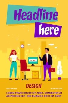 雇用と雇用の概念。就職の面接のためにオフィスに来る従業員、空いている職場で彼に会うリクルートマネージャー