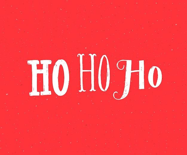 Хо-хо-хо. дед мороз смеется. забавный дизайн рождественской открытки. белые буквы на красном фоне.