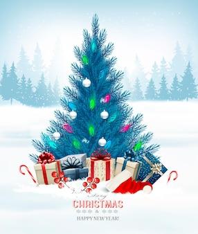 Праздничный новогодний фон с новогодней елкой и шляпой санты.