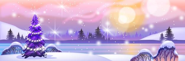 Праздничный зимний северный пейзаж с елкой, гирляндой, замерзшим озером, силуэтом леса, солнцем