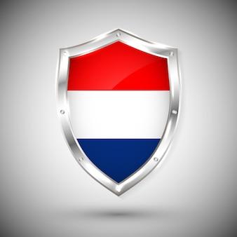 金属の光沢のある盾のオランダの旗。白い背景の上の盾の旗のコレクション。抽象分離オブジェクト。