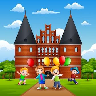 Holstentorの前で遊んでいる子供たち