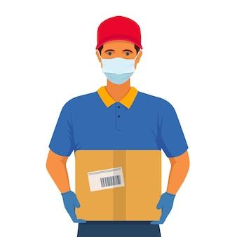 Работник службы доставки на дом в маске и защитных перчатках держит в руках картонную коробку