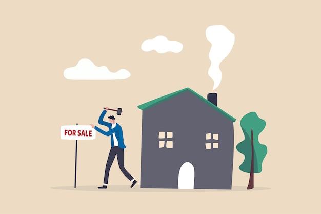 판매를위한 홈, 새로운 홈 개념으로 이동하는 집 판매, 그의 집 앞에 판매 사인에 대 한 주택 소유자 망치.