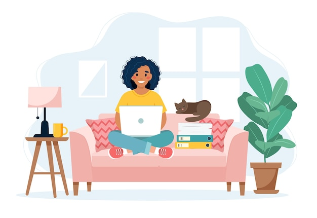 Концепция домашнего офиса, женщина, работающая из дома, сидя на диване, концепция удаленной работы
