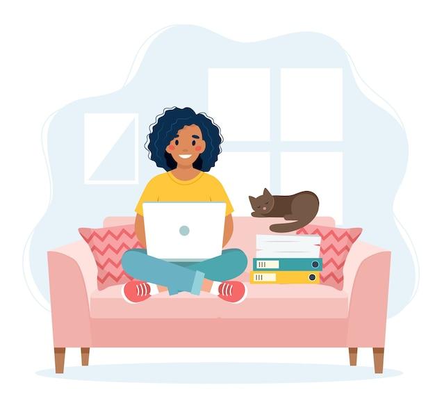 홈 오피스 개념, 소파에 앉아 집에서 일하는 여자, 원격 작업 개념