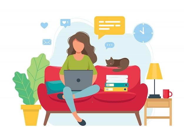 Концепция домашнего офиса, женщина, работающая из дома, сидя на диване, студент или фрилансер