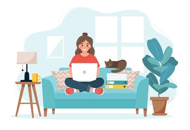 홈 오피스 개념, 소파에 앉아 집에서 일하는 여자