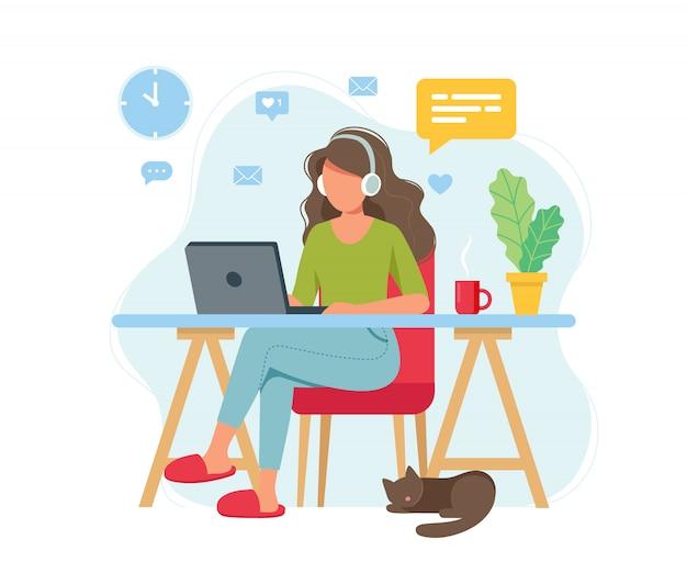 홈 오피스 개념, 가정, 학생 또는 프리랜서에서 일하는 여자.