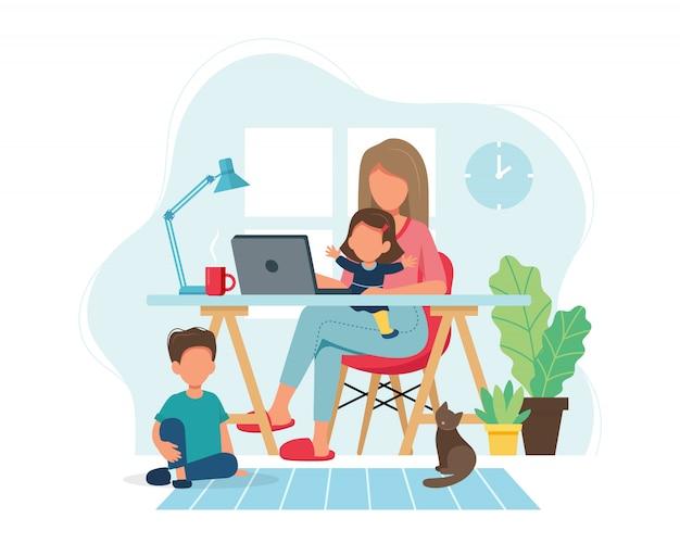 Концепция домашнего офиса. женщина, работающая из дома с детьми в уютном современном интерьере.
