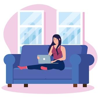 自宅の仕事、リラックスしたペース、便利な職場で自宅で仕事、ソファの上のラップトップを持つフリーランサー女性