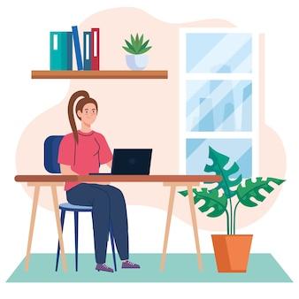 在宅勤務、デスクでノートパソコンを持つフリーランサーの若い女性