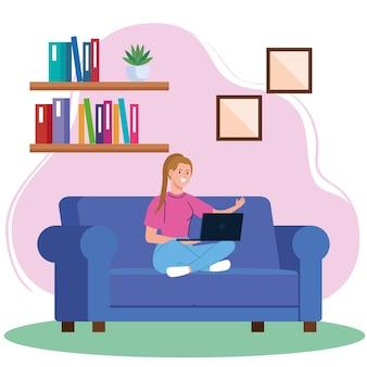 自宅の仕事、ソファの上のラップトップを持つフリーランサーの若い女性、リラックスしたペース、便利な職場で自宅で仕事