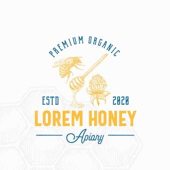ハニーサイン、シンボルまたはロゴのテンプレート。レトロなタイポグラフィで手描きの蜂、スプーン、クローバーの花のスケッチ。