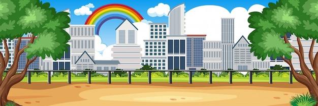 Горизонт природа сцены или пейзаж сельской местности с видом на город и радуга в пустом небе в дневное время