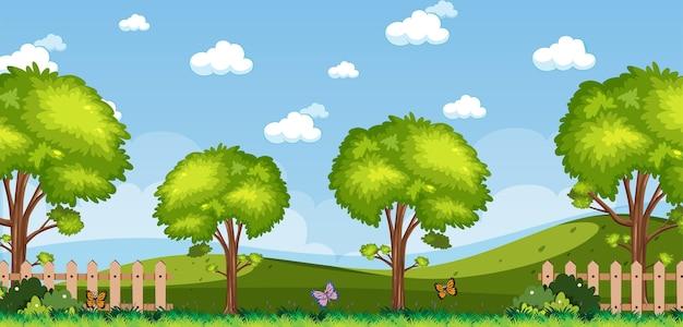 Горизонтальная природа или пейзаж сельской местности с видом на лес и пустым небом в дневное время