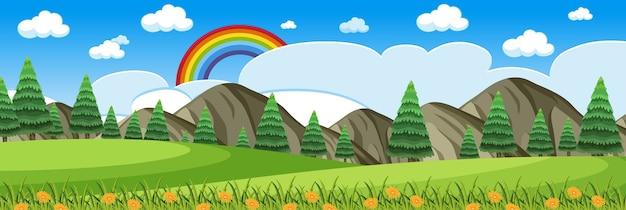 Горизонтальная сцена природы или пейзаж сельской местности с видом на лес и радуга в пустом небе в дневное время