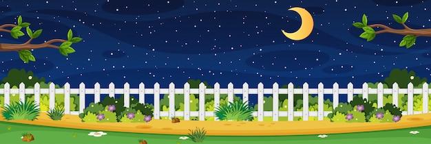 Горизонтальная сцена природы или пейзаж сельской местности с видом на забор и луной в небе ночью