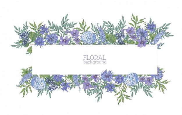 豪華な青い野生の咲く花と夏の草原の開花植物に囲まれた水平の背景またはバナー。エレガントな花の背景。カラフルなリアルな自然のイラスト。
