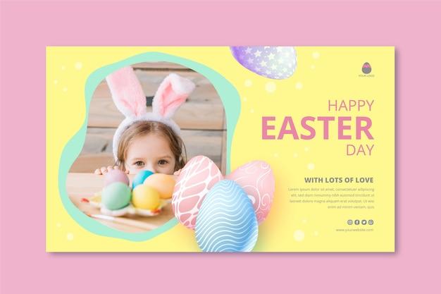 小さな女の子と卵とイースターの水平バナーテンプレート