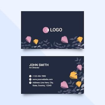 Горизонтальная визитная карточка украшена цветочными синими цветами.