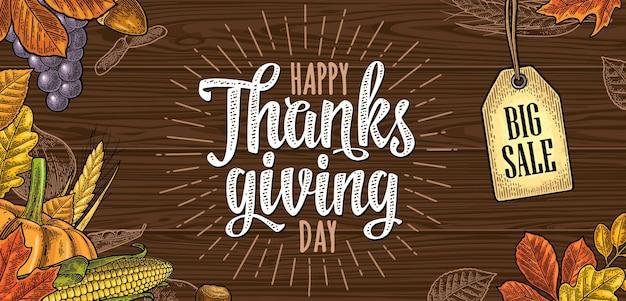 Горизонтальный плакат с каллиграфическими надписями с днем благодарения. векторная цветная винтажная гравировка иллюстрации тыква, кукуруза, кленовый лист, желудь, семенной каштан на коричневой деревянной текстуре. висячая бирка распродажи