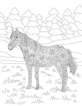 키 큰 나무 숲 배경 무색 선이 아름다운 풀밭에 서 있는 말