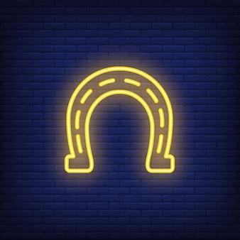 호스 슈 네온 사인 요소입니다. 밤 밝은 광고를위한 도박 개념