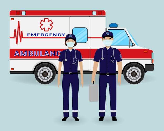 Концепция персонала больницы. фельдшеры скорой помощи бригады в медицинских защитных масках с машиной скорой помощи. экстренная служба